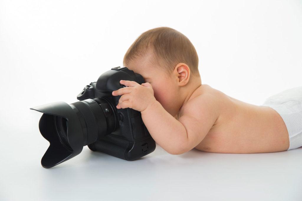 Robert Mandel Fotograf aus Hamburg - Baby mit großer Kamera